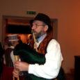"""Reede õhtul astusid Kuressaare kultuurikeskuses publiku ette peaaegu kõik Saaremaa pealinna taidluskollektiivid esitamaks humoorikaid tirillille ehk etteasteid. Oli neidki, kes just selleks õhtuks mõne spetsiaalse numbri ette valmistasid. Kultuurikeskuse ligi neljasajast taidlejast osales pärimuspäeva piduõhtul """"Igal pillil tirilill"""" üle poolteisesaja laulja, tantsija ja pillimängija."""