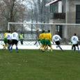 Leedu, Moldova ja Eesti meeskondade osavõtul peetud linnapeade karikaturniiri jalgpallis võitis Eesti, viigistades Kuressaares laupäeval mängu Leeduga 1 : 1.