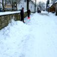 Kojameeste poolt kõnniteedelt sõiduteele ja sealt sahajuhi poolt tagasi kõnniteele aetud lumevallid panevad lumekoristajaid teineteist sajatama.