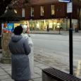 Kuressaare kesklinnas on busside sõiduaegade graafik isegi pikema inimese jaoks liiga kõrgel, et seda pingutuseta lugeda. Samamoodi on eakate jaoks liialt kõrgele pandud sõidugraafik Kuressaare päevakeskuse juures asuvas bussipeatuses.