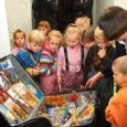 """Tartu mänguasjamuuseum tõi Kuressaare linnusesse näituse, mille nimeks """"Kohvritäis lapsepõlvelugusid""""."""