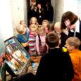 Tartu mänguasjamuuseum tõi Kuressaare linnusesse Eesti laste mänguasjad. Kohvritäite kaupa kohe. Väljas on lelud, millega mängisid praeguste poiste-tüdrukute emad-isad, vanaemad-vanaisad ning vaaremad-vaarisad. Kõike uuem kohvritäis on kuulunud 2000. aastal sündinud Karl Aleksandrile ning kõige vanem 1919. aastal ilmale tulnud Georgile.