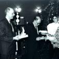 1989. aasta 11. jaanuaril saabus Rootsist Gotlandi saarelt Kuressaarde delegatsioon, mille koosseisu kuulusid kommuuni juhid ja ärimeeste esindajad. Järgmisel päeval allkirjastati Kingissepa rajooni täitevkomitees leping sõprus- ja koostöösidemete sõlmimiseks Gotlandi ja Saaremaa vahel. Aastakümnete vältel saarlasi läänemaailmast eraldanud raudne eesriie oli pisut paotunud ja andnud neile võimaluse luua otsesidemed ühe kapitalistliku välisriigi piirkonnaga.