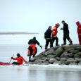 Eile kell 19.27 teatas Kuressaare politseijaoskond, et päeval Kuressaare jahisadama juures vette kukkunud mees on kodus elus ja terve. Kella 19-ks, kui trükki läks tänane Oma Saar, ei olnud jääauku kukkunud meest leitud.