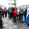 Ligi poolsada Kuressaare põhikooli (KPK) vilistlast kogunes esmaspäeval kooli juurde, kust mindi näitama oma vastumeelt plaanile sulgeda kool kahe aasta jooksul ja liita Kuressaare gümnaasiumiga.