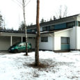 Kaarma valda Muratsisse 2007. aastal maja ostnud inimesed on sellest ajast alates vedanud vägikaigast maja ehitajaga, sest ostetud maja ei vasta esialgsele projektile. Mittevastavust on kinnitanud järelevalveteenust pakkuva firma Ösel Consulting insenerid ning ka Kaarma valla ehituse peaspetsialist Peeter Arikas, kes samas teostas selle ehituse juures ka eraettevõtjana omanikujärelevalvet. Loo lõpuks on hoopis ehitaja Estec Invest OÜ maja ostjad kohtusse kaevanud maksmata arvete pärast, mis on esitatud tööde eest, mida kas pidanuks projekti järgi nagunii tehtama või mida ostjad tellinudki pole.
