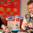 """Esmaspäeval Kuressaare kultuurikeskuses järjekorras juba viiendat korda toimunud ürituse """"Autogramm iseseisvuspäevaks"""" külaline oli tuntud lavastaja ja Kadi raadio vastutav toimetaja Tõnis Kipper, kes oli sedakorda oma tavapärase küsijarolli loovutanud Kuressaare Kultuurivara rahvakultuurijuhile Tiiu Villsaarele."""