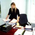 Eilne tööpäev jäi mitmel töötajal Saare maavalitsuses viimaseks. Oma Saar külastas viimast päeva maavanema nõunikuna töötavat Anu Varest hetkel, mil ta lauasahtleid tühjendas ja üleandmiseks vajalikke dokumente sorteeris.