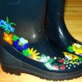 Sel kevadel võib endale soetada omapärased kummikud ja kalossid, millele on maalitud Muhu tikandist tuntud lilled.