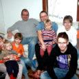 """Kui pereisa Jaan Kärner (36) on külalised lahkesti tuppa juhatanud, võtab meid köögiuksel vastu lõbus seltskond: naerusuine pereema Agnes (34) pesamuna Aariaga (1 a 7 kuud) süles, tema selja tagant uudishimulikult piilumas Jass (5) ja Hell (7), kes tõbisena koolist koju jäetud. Kuskil tagatoas peidab end Saale (3). """"Las ta natuke kogub end, aga varsti on juba tädi süles,"""" arvab ema, kes paistab olevat taas lapseootel. Kuskil aprilli lõpus või mai alguses see rõõmus päev on, kui ilmavalgust näeb veel üks poisslaps. Reinu pere neli vanemat last Juss (15), Mikk (12) Ann (10) ja Ott (9) on veel koolist tulemata."""