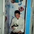 Kuressaare ametikooli WC-näitusesaalis, mida õpilased teenitult galeriiks kutsuvad, pandi naistepäeval välja Gairi Pruuli lilleseaded ning asja juurde kuulus ka häppening.