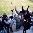"""""""Võitle, Eesti! Võitle!"""" pole just originaalne algus loole, mis peaks rääkima Eesti koondise jalgpallilahingu jälgimisest. Kuid samas tundub see sobivat, kui seda karjuvad loojuva kevadise päikese käes vaat et ühest kõrist ligi 200 Saaremaa poissi ja tüdrukut. Varustatuna pasunate, sinimustvalgete sallide ja mütsidega."""