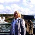 Vaike Kivilo on elanud ja töötanud Saaremaal 32 aastat ja usub, et nüüdseks on ta ehk saarlaseks tunnistatud. 15 aastat oli ta Kuressaare kultuurimaja direktriss ning nii kui pensioniaeg kukkus, kohe ta oma vastutusrikka ametikoha noorematele ka loovutas. Aga Vaike on nii tegus inimene, et on pildil tänase päevani, ehkki eluratas muudkui veereb ja veereb.