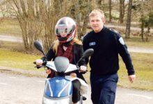 Politseikadetid õpetasid noortele mopeedisõitu