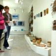 Saaremaa Kunstistuudios on avatud näitus kolme jaanuarist aprillini kestnud kursuse töödest. Fotole jäid keraamikakursuse juhendaja Anu Niit ja osaleja Riine Sooäär.