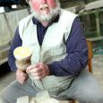 Saia Volli (68) oma tolmukarva habeme ja kaabulotiga on kui dolomiidikarjääri sümbol. Mees on teinud kiviraiduri tööd terve oma elu ja tema poolt taastatud-püstitatud ausambaid ja mälestusmärke on täis terve Eesti, takkapihta leidub neid Lätis ja Venemaalgi.