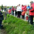 Neljapäeval õppisid lapsed ja lapsevanemad Valjala lasteaia korraldatud ühisel perepäeval koos kohaliku põhikooli loodusainete õpetaja Ülle Lahiga (vasakul) tundma metsataimi.