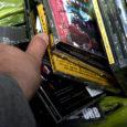 Sel nädalavahetusel ööl vastu laupäeva varastati Kuressaare olnud eesti muusika telgist ligi 5000 krooni ulatuses kaupa. Öiste tegutsejate jälgi arvati olevat teisteski müügikohtades.