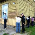 Eile alustas kümmekond vabatahtlikku Kuressaares Suur-Sadama 49 asuva Saaremaa invaühingu maja välisilme korrastamist.