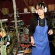 Üheksa aastat on Leisi vallas Laugu külas kunagise Karja näidismajandi põllutöömasinate töökojakompleksis kalapüügivahendeid ja muud merevarustust valmistatud. Firma Saare Fryden-dahl OÜ pakub Laugus tööd 29 saarlasele. Aasta-aastalt on toodangu maht tasapisi kasvanud. Kui 2000. aastal alustati tühjaks jäänud angaaris kahe-kolme inimesega, siis nüüdseks on töötajate arv kümnekordistunud.