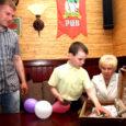 Vana Konna pubi omanikud andsid eile Kuressaare väikelastekodule üle klientide poolt korjanduskohvrisse annetatud 3225 krooni, mis võimaldab lastel suvel laagrisse minna ja kultuuriüritusi nautida.