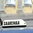 """Masu tõttu järjest vähem teenivatele Kuressaare taksojuhtidele teeb suurt meelehärmi plafoonita taksoga ringi sõitev ja baaride ees kliente """"nooliv"""" ametivend."""