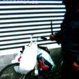 Politsei alustas Kuressaare Auriga kaubanduskeskuse taga seisvate prügikonteinerite juures Kanal 2 operaatori nina ees noaga vehkinud mehe suhtes väärteomenetluse.