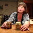 Kolme aasta eest turistidena Saaremaale sattunud sakslased Birgit Kutzera ja Andreas Wittke hakkasid Mustjalas oma suvekodus looduslikest toorainetest erimaitselisi sinepeid tegema. Esimesi valmis tooteid pakuti pealinnas loodustoodete turul, kuid hiljemalt järgmisel nädalavahetusel lubab Birgit pakkuda oma sinepeid maitsmiseks ka Kuressaare turul.