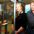 """Konkursi """"Saaremaa suveniir 2009"""" parimaks meeneks valiti Kudjape elanike Diana, Raivo ja Taavi Tänava ühistööna valminud kadakapuust kadakamarjatops """"Saaremaa maitse""""."""