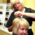 """Tiina Tang on juuksuriametit pidanud 22 aastat ja pole sellest tööst veel tüdinud. """"Ma olen vahel tööl käimisest väsinud, aga mitte kunagi juuksuriametist,"""" ütleb ta. 15 aastat tagasi asutas Tiina koos ametikaaslase Ruth Rahnikuga oma firma, mis asub otse südalinnas ja kannab kaunist nime Kuldne Juus."""