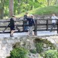 Teisipäeval pargis linde pildistamas käinud mees märkas Kuressaare lossi peasissekäigu piirete juures lapsi, kellele on seal käimine ohtlik.
