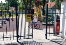 Mänguväljaku värav kukkus lapsele peale