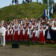 """Pühapäeva õhtupoolikul kõndisid rõõmsalt ühises rongkäigus Valjala alevikust maalinnale nii laulukoorid kui ka tantsurühmad naabervaldadest ja Kuressaarest ning külalised. Külas olid seekord kauaaegne Valjala segarühma sõpruskollektiiv, tantsurühm Maidla Ida-Virumaalt ja kõige kaugemalt tulnud külalised Soome sõprusvallast Pirkkalast. Rongkäiku saatsid akordionil Õie Pärtel ja Meelis Mereäär, lisaks põristasid trumme Jarmo Moilaneni trummiringi lapsed. Seoses läheneva suure laulu- ja tantsupeoga oli seekordse laulupäeva moto """"Üheshingamine"""" ning lauldi ja tantsiti tänavuse suure laulu- ja tantsupeo repertuaari."""