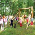 """Möödunud pühapäeval tõi Ratla küla, millest eelmisel nädalal kirjutati kui Saaremaa kümnendast jalast, kokku erinevatel hinnangutel üle kahesaja viiekümne praeguse ja """"juurtega"""" noore ning vana, et pidada maha suur Ratla küla kokkutulek. Päev otsa kestnud seltsimine, heietamine ja meenutamine läks sujuvalt üle simmaniks ja jaanipeoks."""