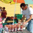 See tähendab, et saaremaised maasikad on valmis saanud. Esmaspäeva hommikul oli oma marjatopsikud ostjaid ootama sättinud tervelt kuus müüjat ja kilo hind kõikus 50–70 kroonini.