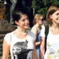 Saaremaale saabus kaks Prantsusmaal kultuuripärandit õppivat neidu, kes hakkavad tööle Lümanda kalmistul. Prantsuse tudengid jõudsid saarele tänu Prantsusmaa ja Saaremaa koostööprojektile.