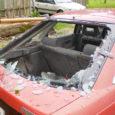 Neljapäevase tormi ajal Kõljalas murdunud puuoks lõhkus auto tagaklaasi. Autoomaniku sõnul oleks vald pidanud ohtlikud puud juba ammu maha võtma.