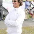 """Jaanipäeva paiku külastas Saaremaad kahekordne olümpiavõitja Erika Salumäe, et esitleda oma elu pöördelistest momentidest kirjutatud raamatut """"Jääda ellu"""". Olümpiavõitja rääkis intervjuus Oma Saarele, et ka rasketel hetkedel tuleb mõelda positiivselt ja endasse uskuda ning mingil juhul ei tohi alla anda."""