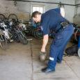 Taaskord annab politsei Kuressaare linnale üle leitud esemeid, mida linn on kohustatud vastavalt asjaõigusseadusele vastu võtma. Aasta aega politseijaoskonnas olnud asjade hulgas on näiteks ka 32-kilone sangpomm.