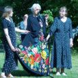 Tuntud laulja Heidy Tamme kinkis oma kleidi Muhu muuseumile. Muuseumi juhataja Kadri Tüür ütles Oma Saarele, et tegemist on 1980ndatel aastatel Kustav-Agu Püümani kavandi järgi valminud kleidiga, mille tikkijaks on muhulane Sinaida Vaher.