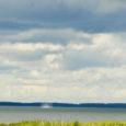 Pühapäeva pärastlõunal märkas Viljandist pärit Terje Saar, kelle suvekodu asub Sutu lahe ääres, vesipüksi.