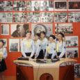 """Läinud nädalal käisid Salme kodutütred pealinnas üleriigilises preemialaagris. Pildile on jäädvustatud hetk tüdrukute külaskäigust telemajja, kus """"Aktuaalse kaamera"""" diktori laua taga poseerivad Piret Pruul, Heddi Pruul, Annemari Pruul, Viktooria Saveljeva ja Kärt Mere."""