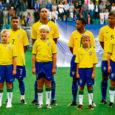 """Inimestel on ikka soove. Kes tahaks staaridega ühel laval laulda või kuulsate telekokkadega ühes köögis porgandit tükeldada. Pahatihti on selliste soovide täitumise tõenäosus väike. 11 Saaremaa poissi saavad aga tulevikus öelda, et nemad olid need, kes """"sajandi jalgpallimänguks"""" tituleeritud kohtumisel viiekordse maailmameistri Brasiilia mängijatega käsikäes väljakule jalutasid. """"Kõva sõna,"""" nagu kommenteeris üks asjaosaline."""