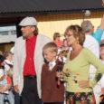 """Ninasele Saaremaa Sadamasse ja Muhu saarele Nautse Mihkli talu õuele oli ETV saate """"Laulge kaasa"""" salvestust laupäeval vaatama ning solistidega kaasa laulma tulnud uskumatult palju inimesi."""