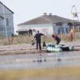 Alates 9. augustist Sõrves Sääre lahes paari nädala jooksul kala lubadeta püüdnud kaks saarlast ei osanud kuidagi kahtlustada, et nende tegevus fotodele jäädvustatakse ning seaduserikkumine selle põhjal tõendatud saab.