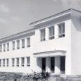 Pühapäeval, 27. augustil aastal 1939 avati päeval kell 4 Kuressaare linna uus algkoolimaja Garnisoni tänaval. Toimus aktus ja vaimulik õnnistamine.