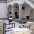 Aasta esimesel päeval toimunud tulekahju Kuressaares Kauba tänav 14 asunud Island Bar'is meenutab end hoone omaniku ja rentniku jaoks siiani. Ruumide rentnik Assadollah Beigi kannatab tervisekahjustuste all, mida on  väidetavalt põhjustanud põlengus tekkinud mürgised ained, ruumide omanik pole aga terve aasta jooksul rendiraha saanud ning proovib rentnikku välja tõsta, et ruumid lõpuks korda teha. Siiani on ruumid seisus, millisesse need pärast kustutamist jäid.