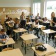 """Saaremaa neiud Kersti Kukk (22) ja Kadri Kakkum (24) keerasid sel suvel oma elu vähemal või rohkemal määral pea peale. Saanud kevadel kätte ülikoolidiplomid, otsustasid nad programmi """"Noored kooli"""" raames tööle hakata hoopis õpetajatena. Teisipäev oli nende esimene koolipäev."""