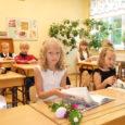 On esimene koolipäev. Saaremaal läheb esimest korda kooli 278 särasilmset mudilast. Piduriided seljas, lilled käes ning pisike värin hinges. Hea, et saab veel ema või isa käest kõvasti kinni hoida…