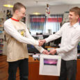 Eile andis arvutifirma Sarma OÜ omanik Allan Kaseväli Kadi raadio SMS-mängu võitjale Marko Kajule kätte firma poolt väljapandud auhinna, Apple MacBook White 2.1 GHz arvuti.